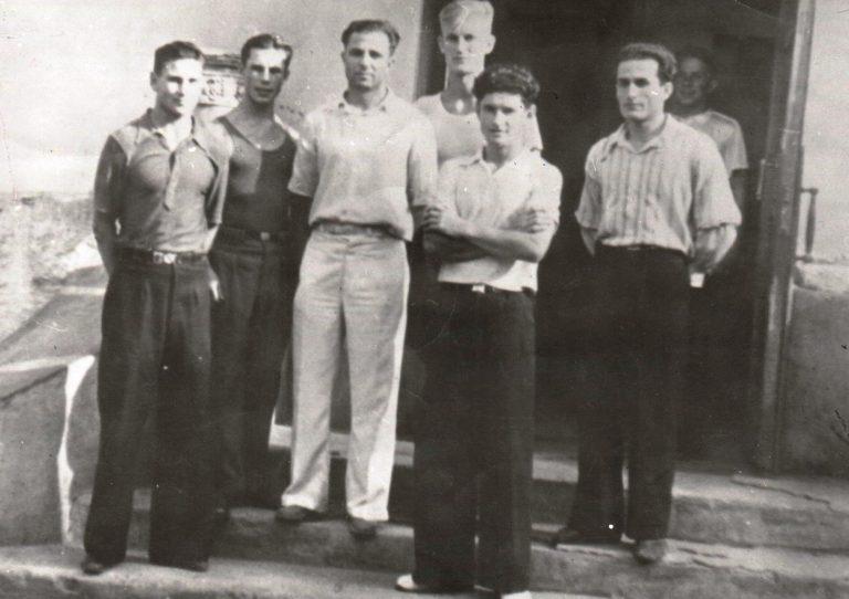 Первый выпуск студентов КазИФК, 1949 г. А.А. Ершов (в центре) с группой студентов КазИФК первого набора