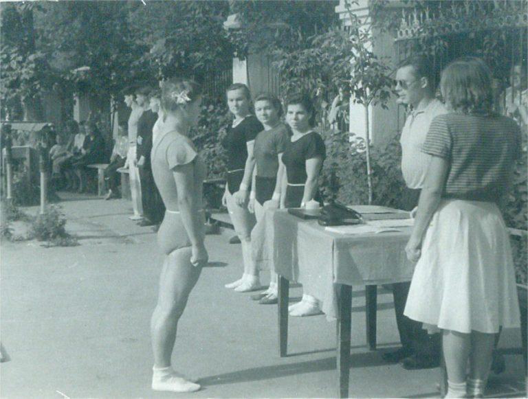 Май 1951 года, городские соревнования (Алма-Ата). Тренировки в 40–60-х годах в теплое время года проводились на свежем воздухе.